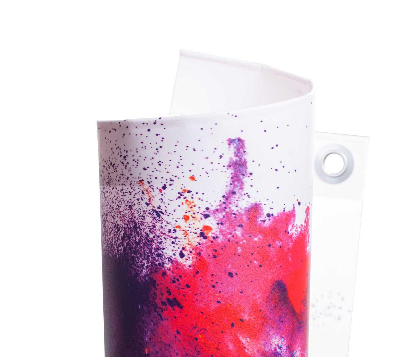 Eingerolltes, farbig bedrucktes PVC Blacklite 510g Material mit Oese leicht gedreht