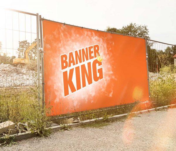 Bedruckter Bauzuanbanner 340x173cm am Straßenrand verdeckt Baustelle