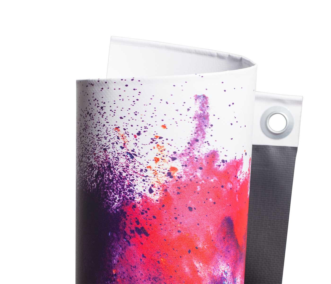 Eingerolltes, farbig bedrucktes PVC Black Back 440g Material mit Oese noch mehr gedreht