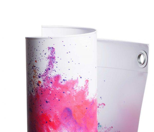 Eingerolltes, farbig bedrucktes PVC Blockout 440g Material mit Oese leicht gedreht