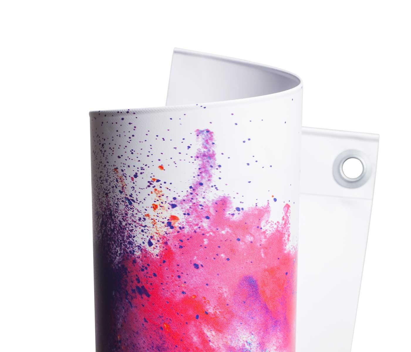 Eingerolltes, farbig bedrucktes PVC Blockout 650g Material mit Oese leicht gedreht