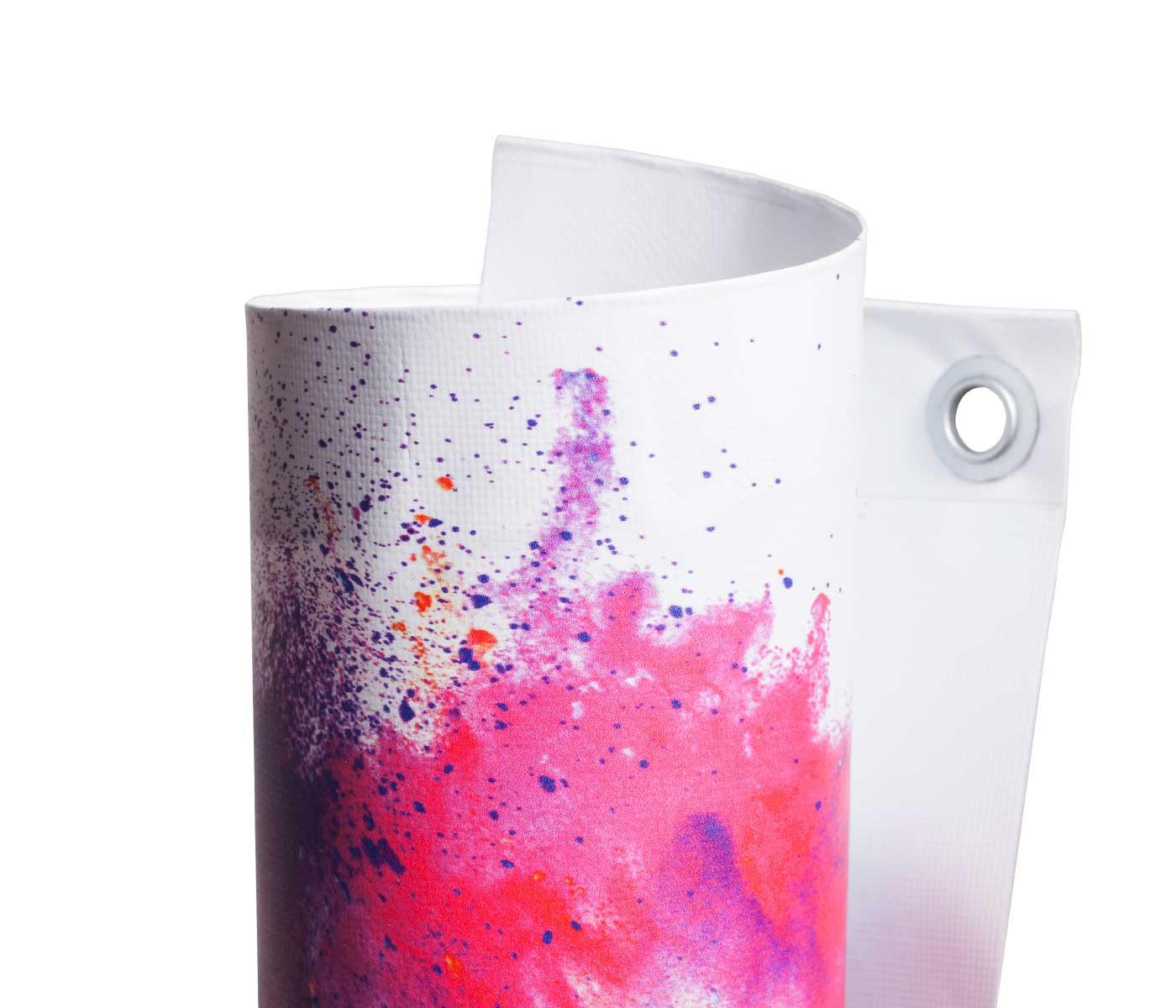 Eingerolltes, farbig bedrucktes PVC Frontlite 510g Material mit Oese leicht gedreht