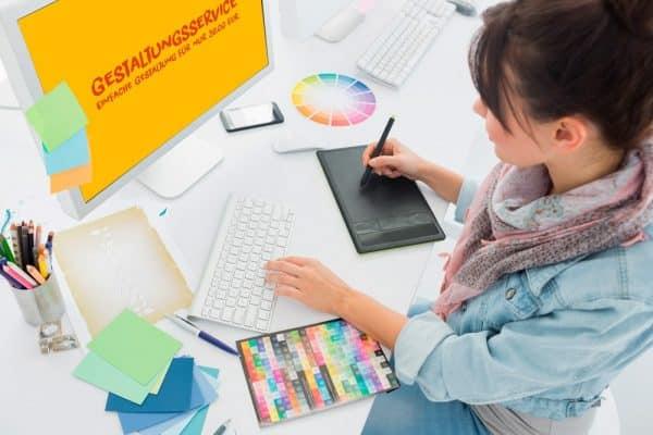 Grafikerin arbeitet am Grafiktablett und gestaltet ein Motiv