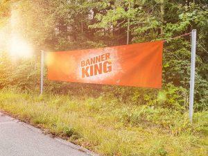 Schoene Werbeplane von Banner-King hängt in der Natur