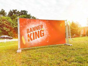 Banner haengt an einem Bauzaungeruest