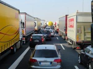 LKW Plane bedrucken: LkW´s mit LKW-Plane stehen im Stau auf der Autobahn