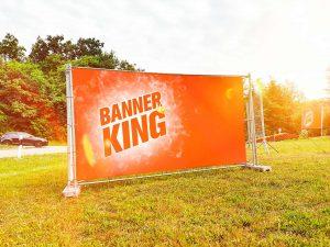 Schoener Banner nähe einer Strasse aufgestellt