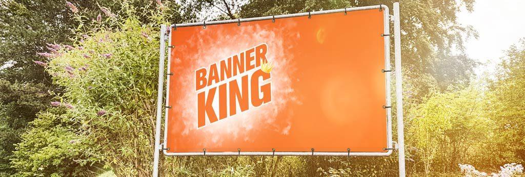 Großer bedruckter Banner vor Bäumen
