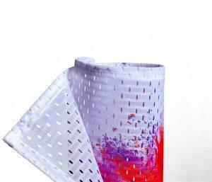 Eingerolltes, farbig bedrucktes Textilbanner 115g Material mit Lochstruktur