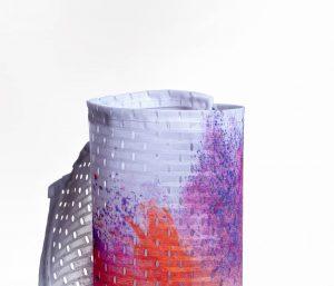 Eingerolltes, farbig bedrucktes Mesh-Stoffbanner 115g Material leicht gedreht