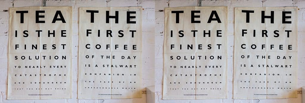 Vier Plakate nebeneinander aufgehängt