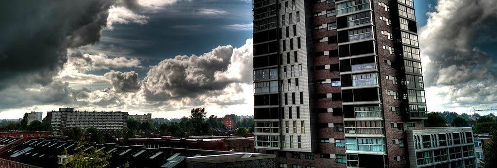 Windlast ein Sturm bahnt sich in einer Stadt an