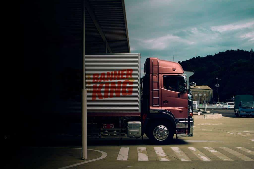 Banner_king LKW verlässt das werk