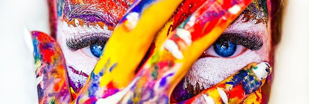 Frauengesicht Detail mit Farbe im Gesicht