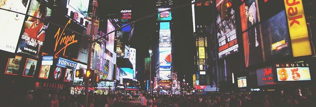 Verschiedene Werbebanner in einer Großstadt